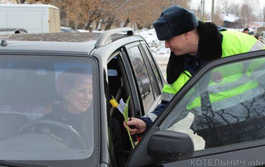 Праздничный патруль дарил цветы
