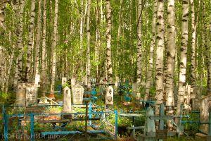 На старом кладбище разрушали надгробия