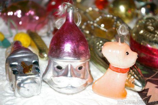 Новогодние игрушки, свечи и хлопушки...