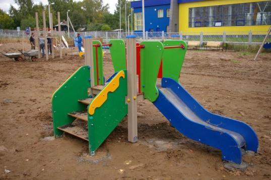 Продолжается монтаж детской площадки