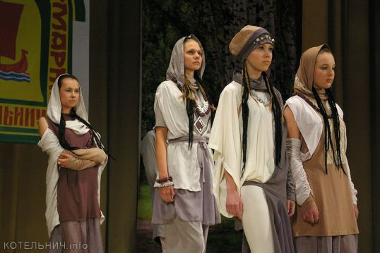 Модное дефиле на сцене ГДК